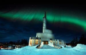 stemningsfullt bilde av Nordlyskatedralen med nordlys i bakgrunnen
